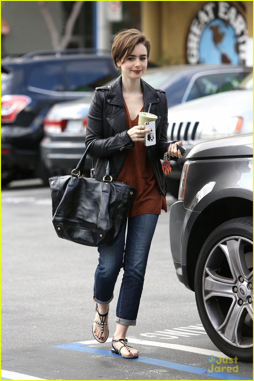 lily collins suffers sore feet oscars dancing 04