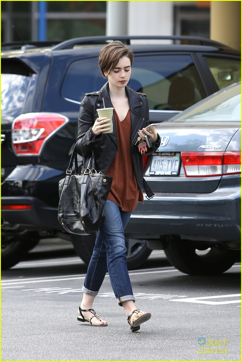 lily collins suffers sore feet oscars dancing 13