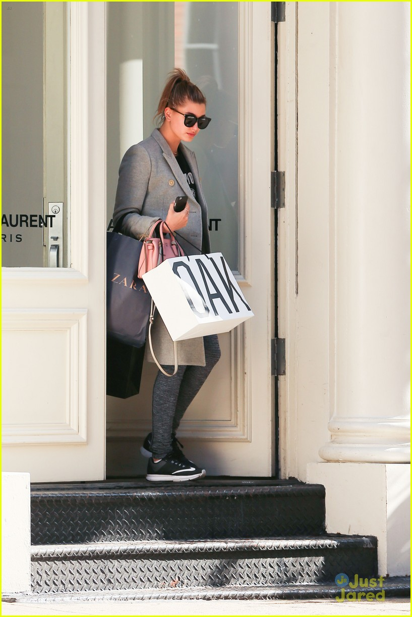 hailey baldwin uncovers face shopping soho 05