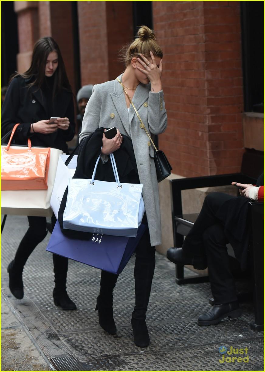 hailey baldwin uncovers face shopping soho 07