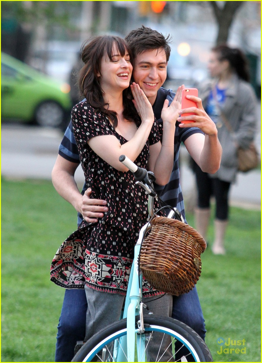 nicholas braun dakota johnson how be single selfies 05