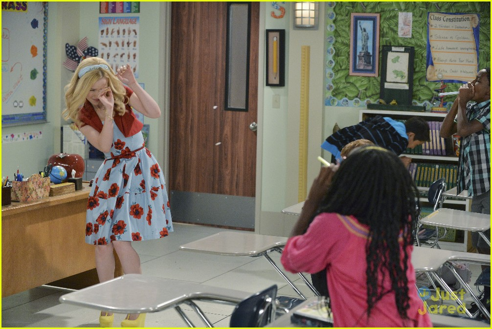Liv Goes Back To Sixth Grade On Tonight S Liv And Maddie Photo