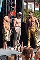 zac efron robert de niro have shirtless contest on set 19