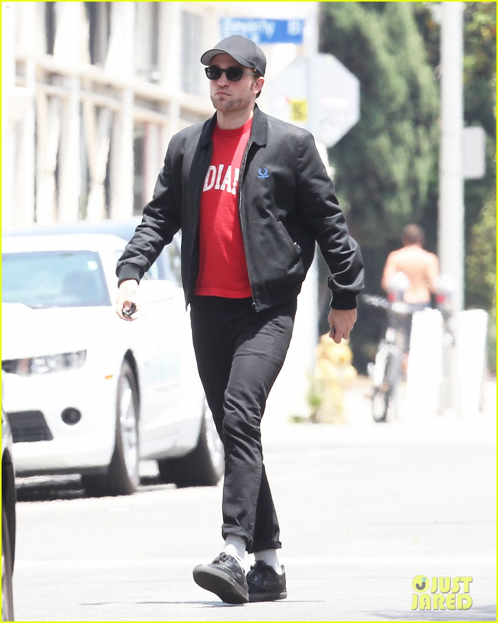 robert pattinson shows off some scruff 14