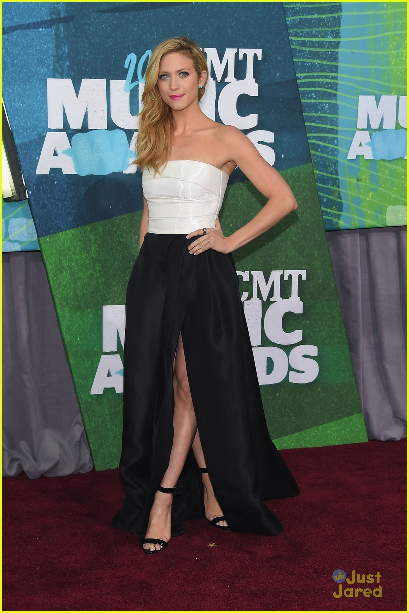 brittany snow erin andrews cmt awards carpet pics 01