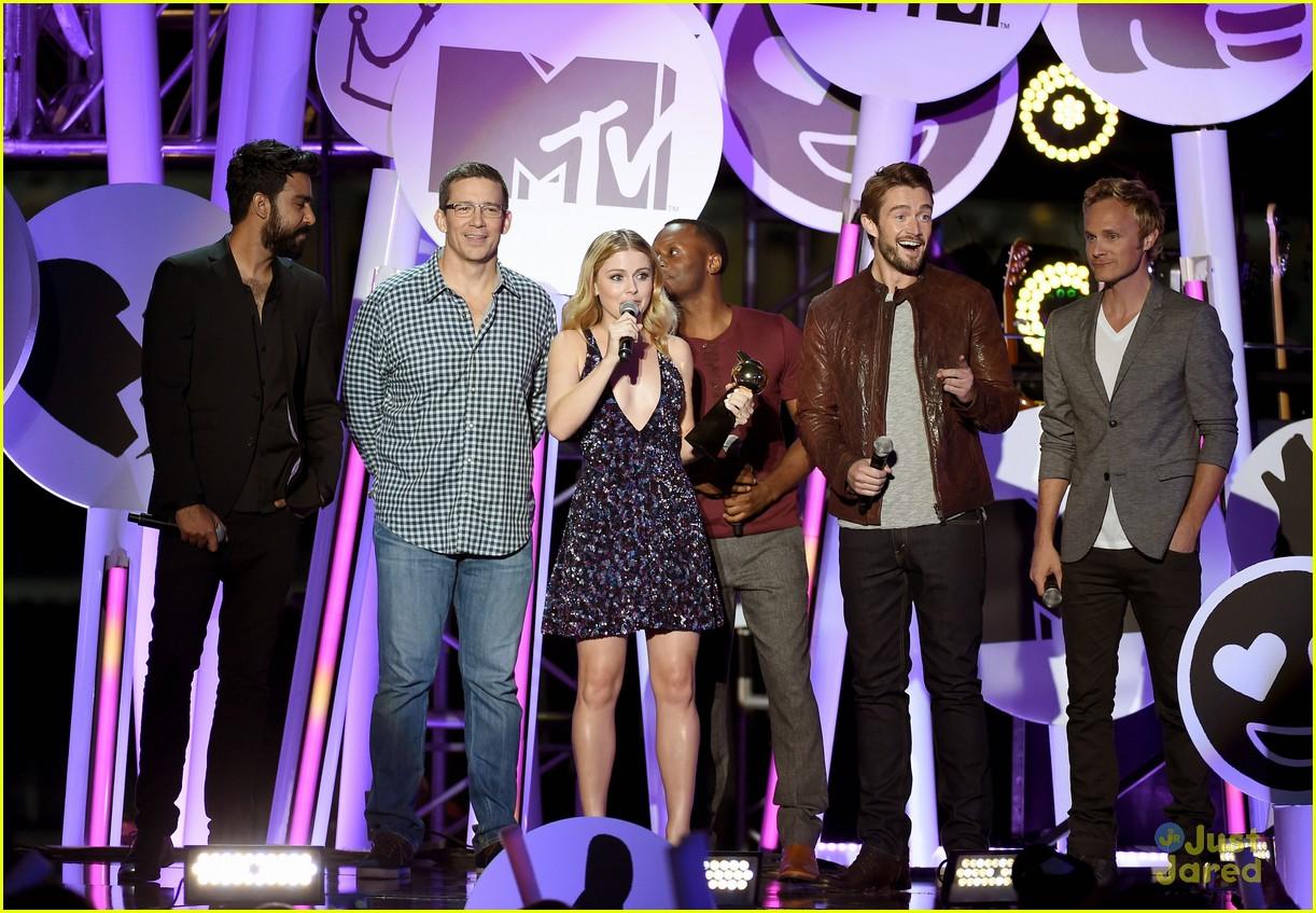 bella thorne brings boyfriend gregg sulkin on stage at mtv fandom awards 03