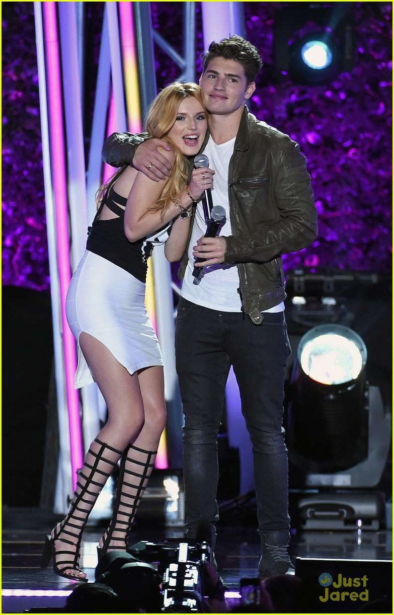 bella thorne brings boyfriend gregg sulkin on stage at mtv fandom awards 05