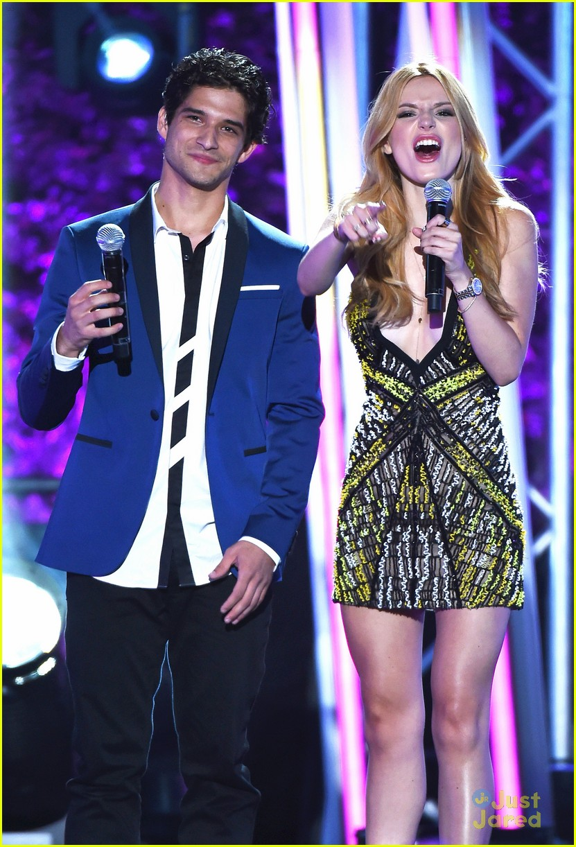bella thorne brings boyfriend gregg sulkin on stage at mtv fandom awards 07