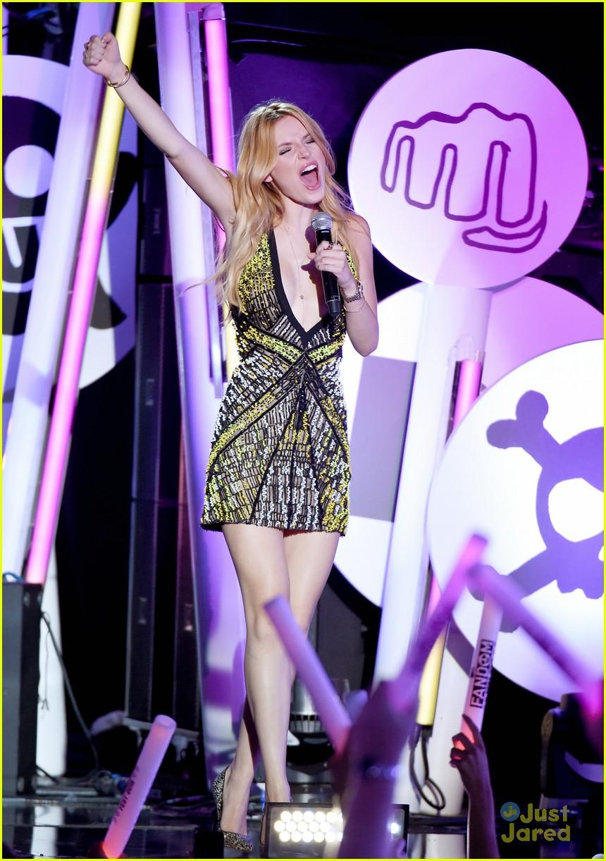 bella thorne brings boyfriend gregg sulkin on stage at mtv fandom awards 09