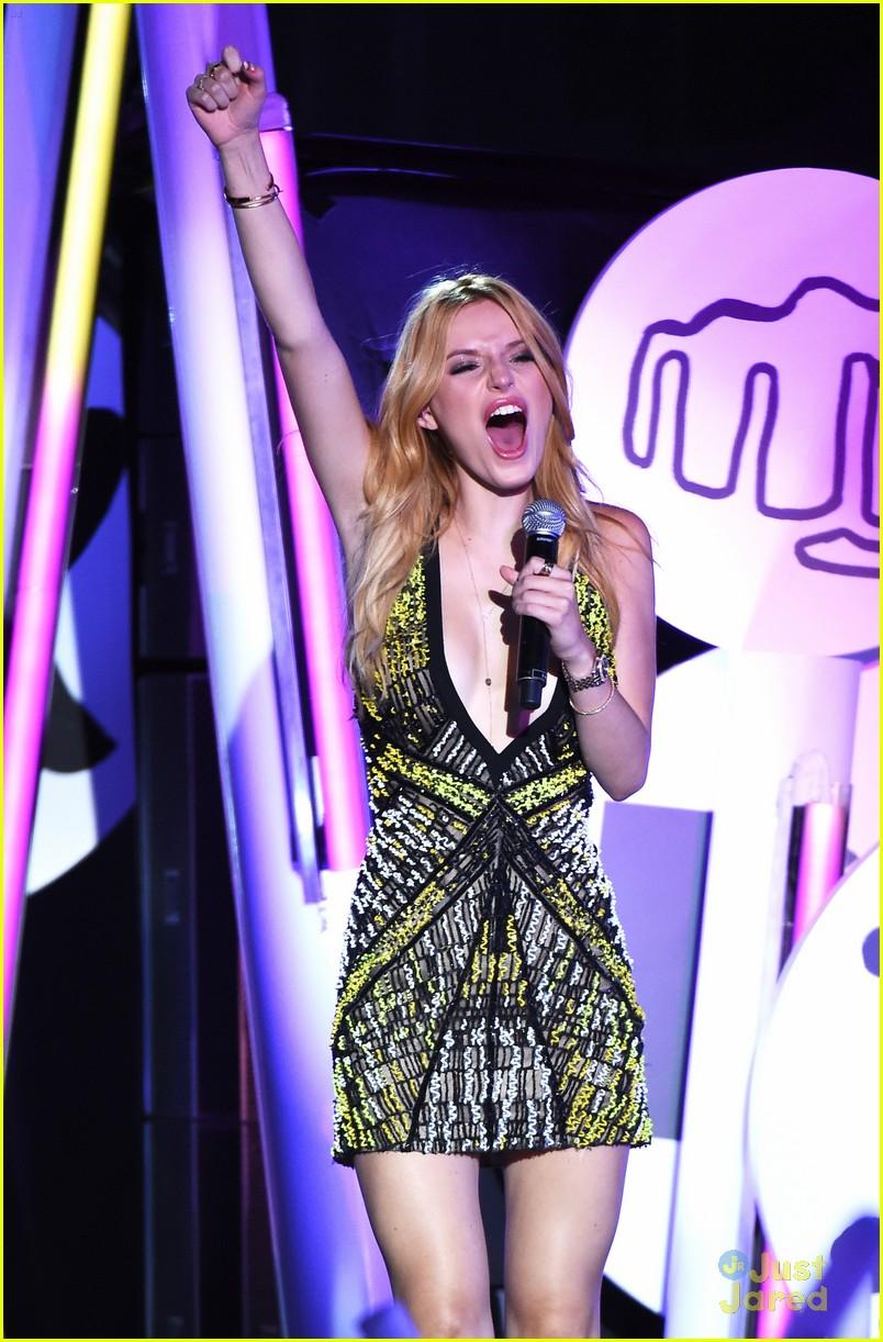 bella thorne brings boyfriend gregg sulkin on stage at mtv fandom awards 12