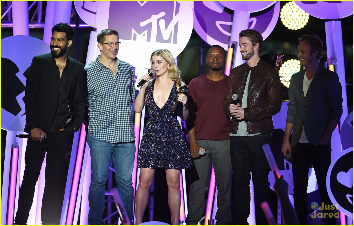 bella thorne brings boyfriend gregg sulkin on stage at mtv fandom awards 14