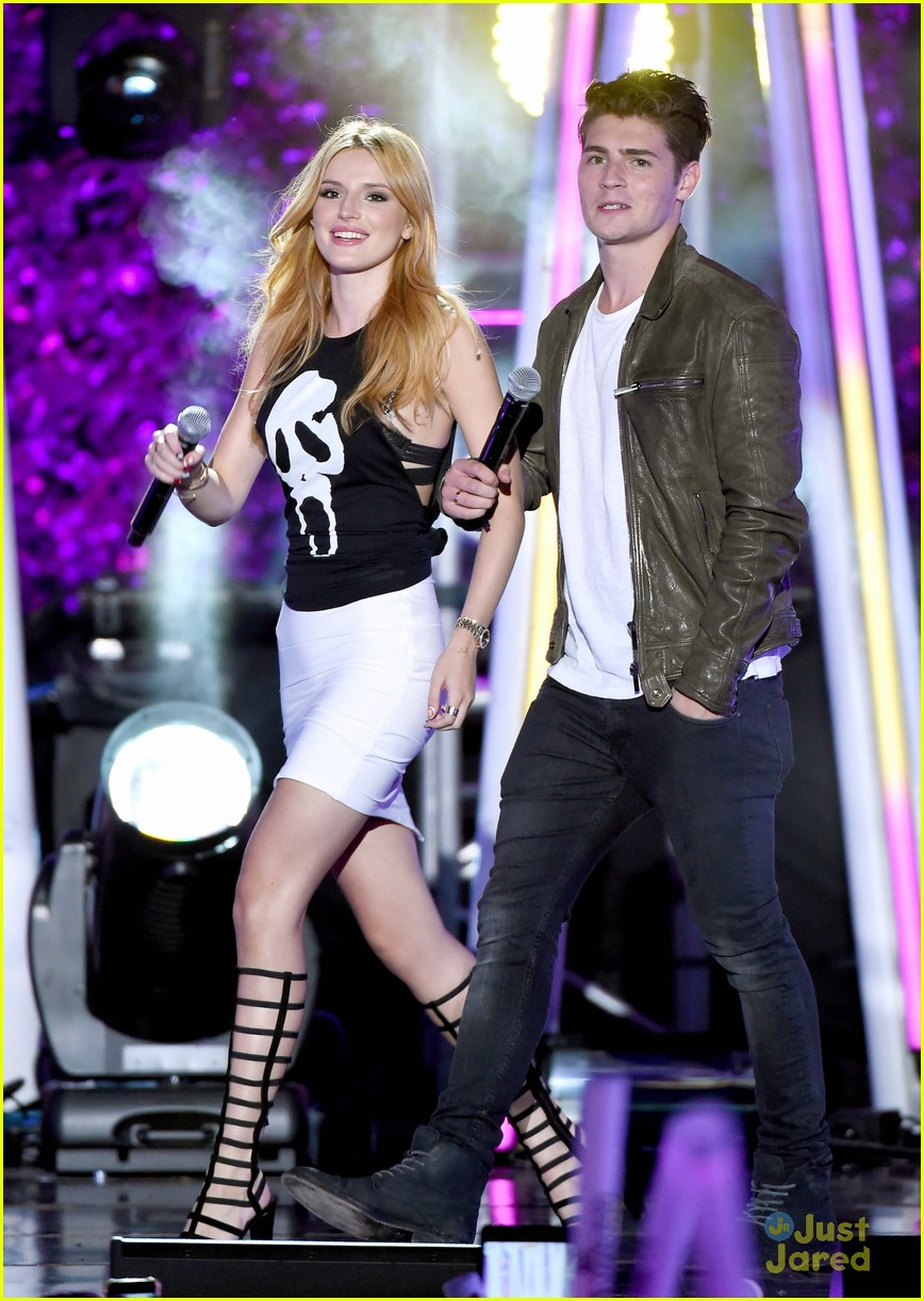 bella thorne brings boyfriend gregg sulkin on stage at mtv fandom awards 17
