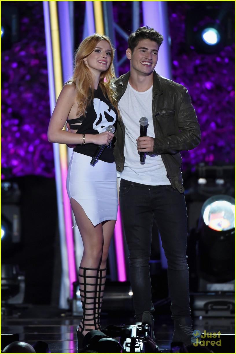 bella thorne brings boyfriend gregg sulkin on stage at mtv fandom awards 20