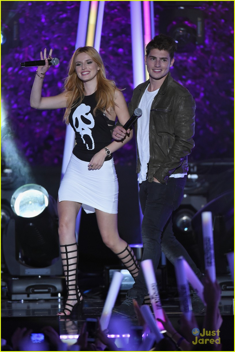 bella thorne brings boyfriend gregg sulkin on stage at mtv fandom awards 21