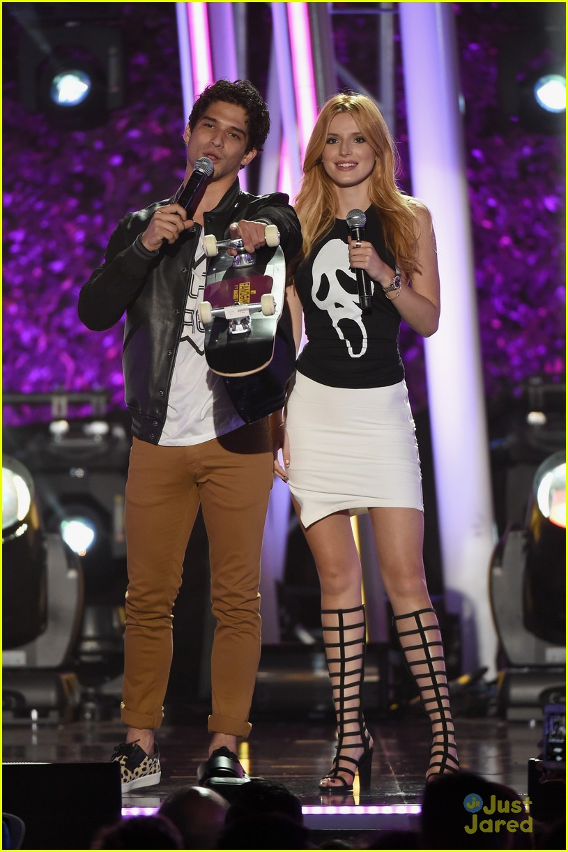 bella thorne brings boyfriend gregg sulkin on stage at mtv fandom awards 22