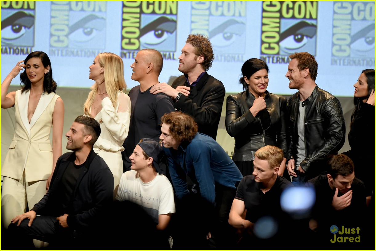 jennifer lawrence hugh jackman embrace at x men comic con panel 19