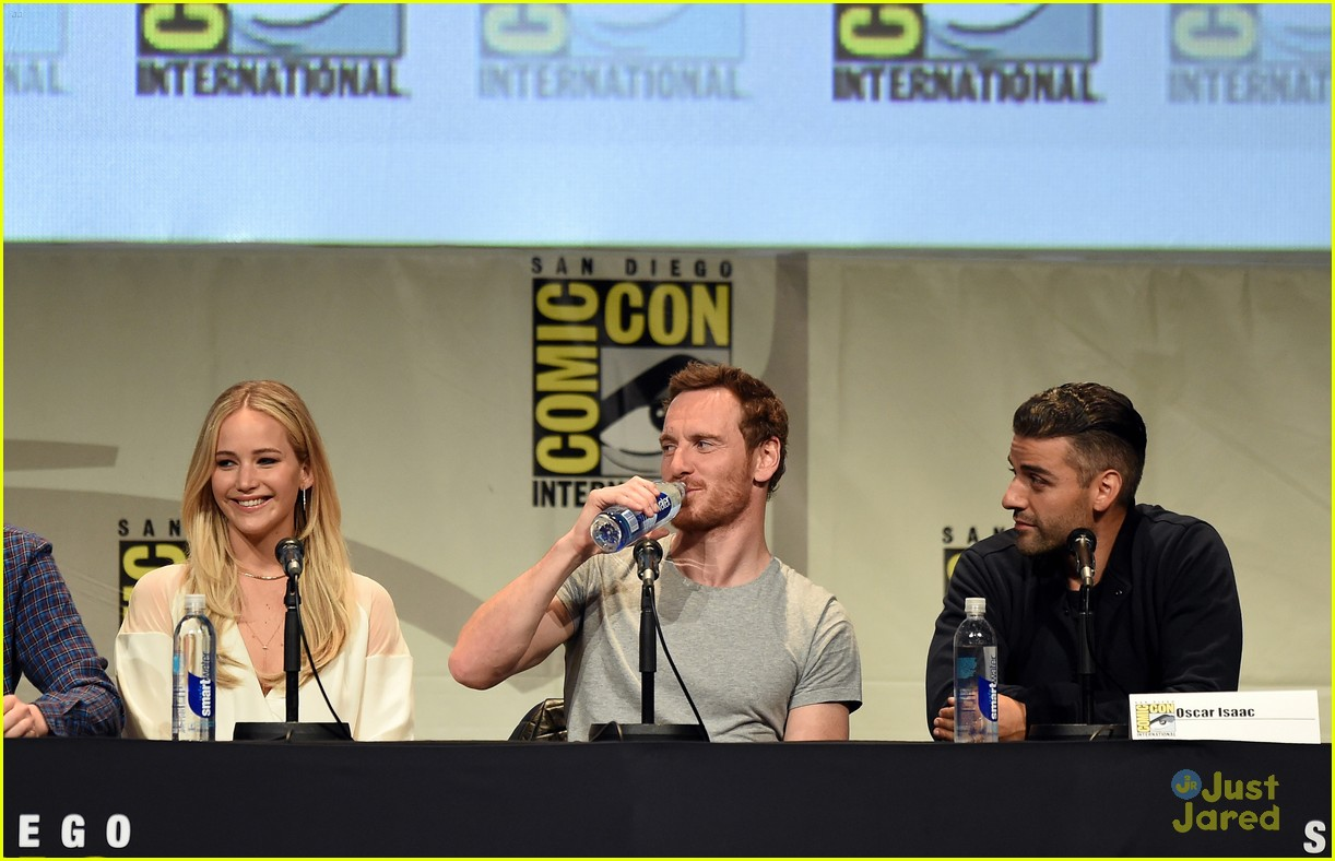 jennifer lawrence hugh jackman embrace at x men comic con panel 26