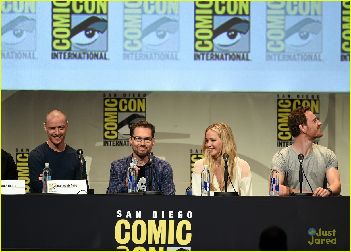 jennifer lawrence hugh jackman embrace at x men comic con panel 27