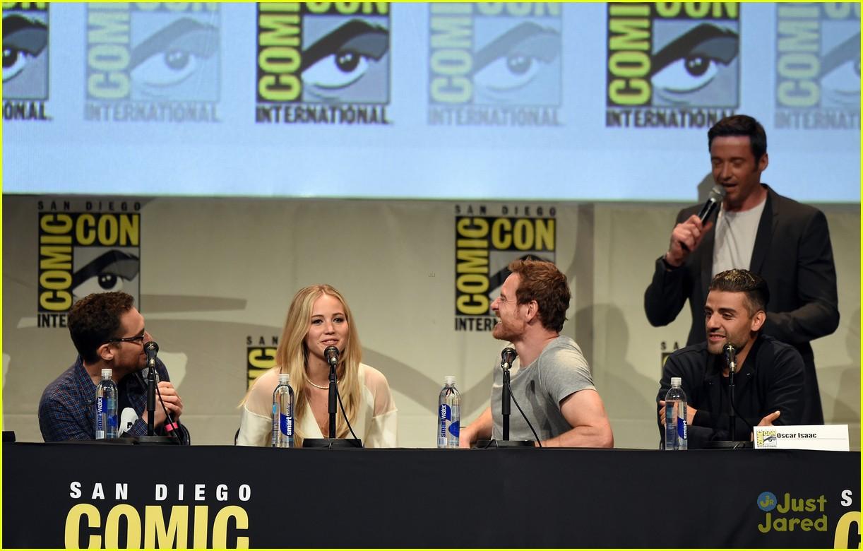 jennifer lawrence hugh jackman embrace at x men comic con panel 28
