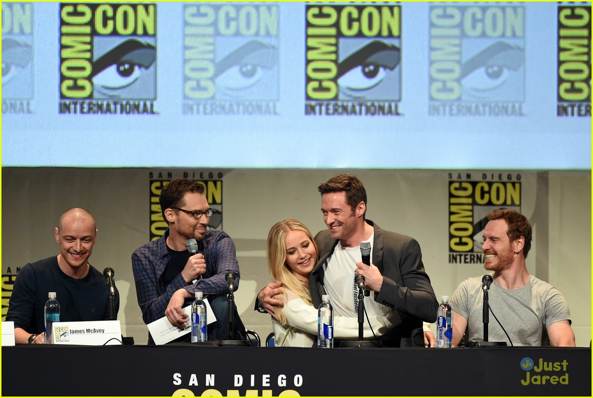 jennifer lawrence hugh jackman embrace at x men comic con panel 31