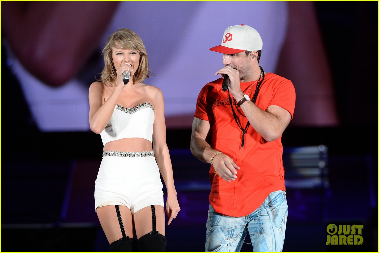 Taylor Swift Performs Take Your Time With Sam Hunt In Chicago Watch Now Photo 840650 Andreja Pejic Lily Donaldson Sam Hunt Taylor Swift Pictures Just Jared Jr