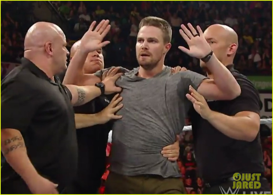 stephen amell fight stardust raw 03