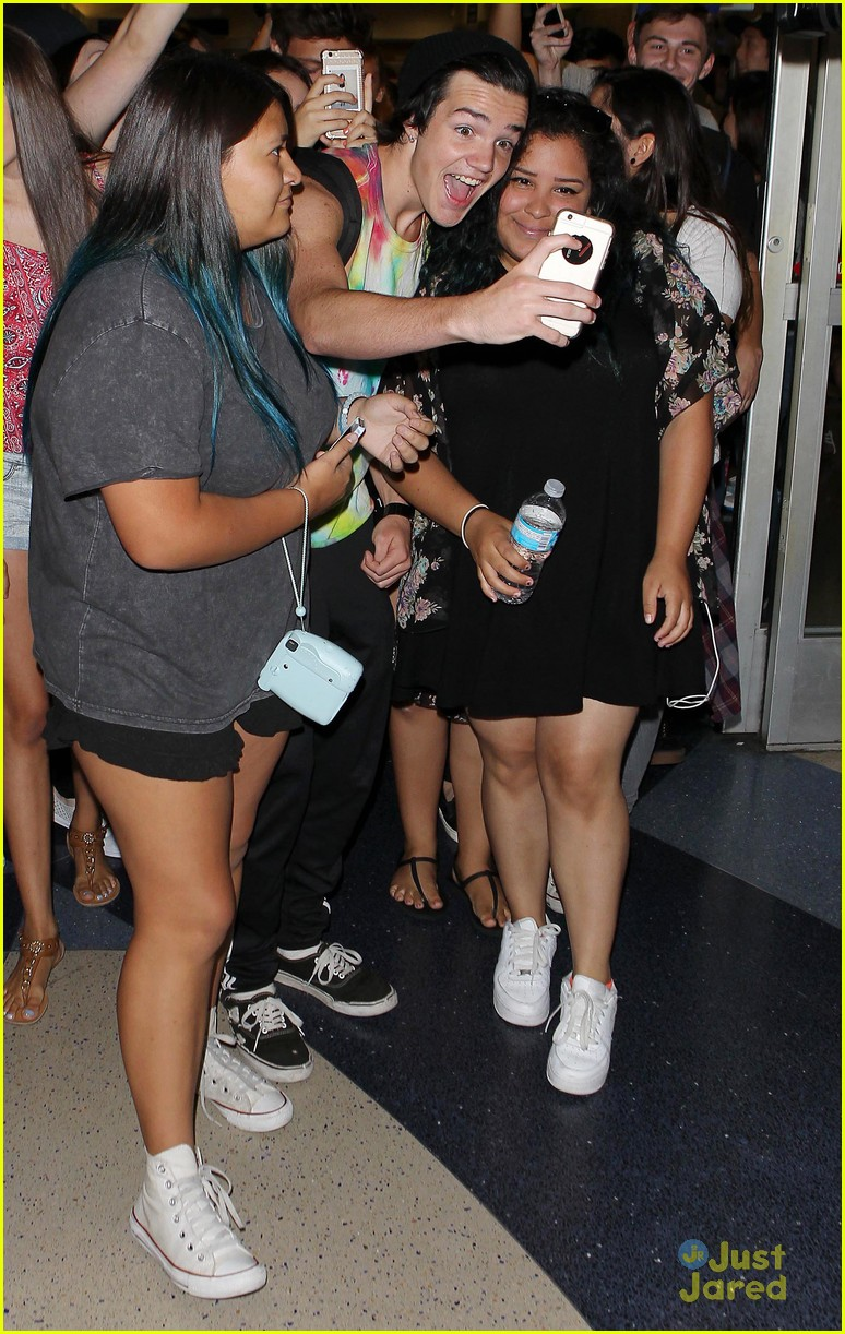 cameron dallas aaron carpenter lax arrival fans 15