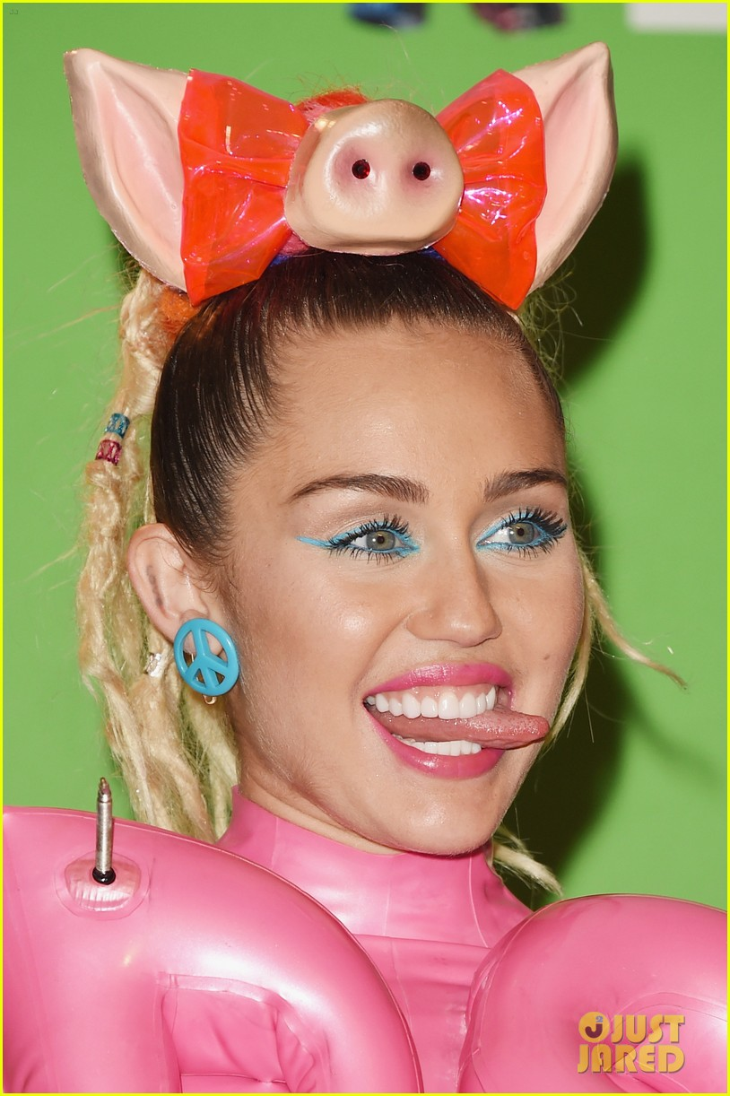 Miley Cyrus Changes Into Pink Spandex Dress for Final VMAs Outfit ...