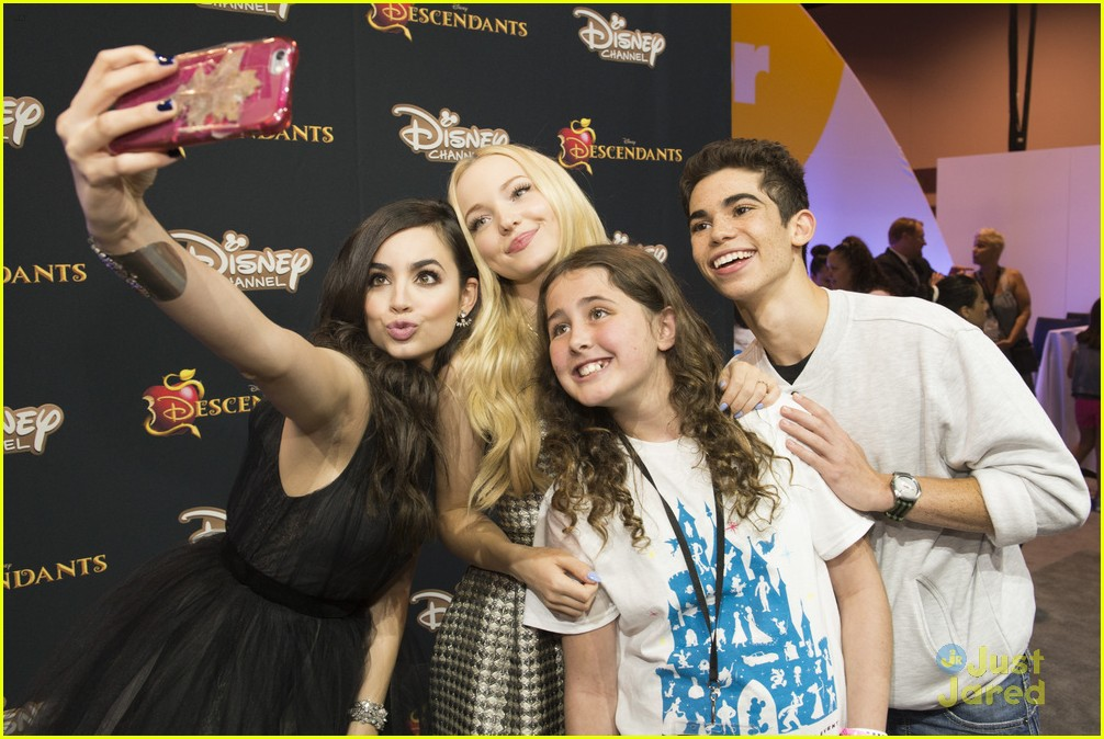 dove cameron sofia carson d23 performances liv maddie descendants casts 04