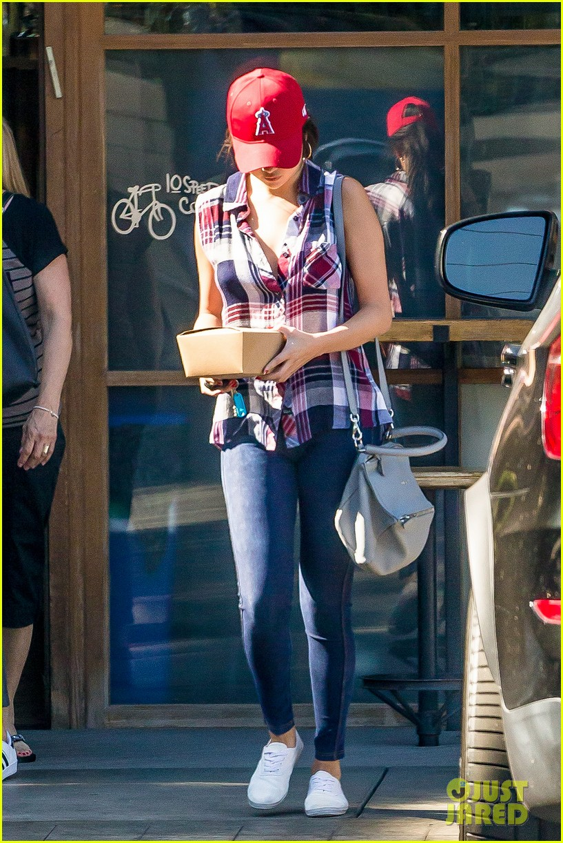 selena gomez grabs lunch calabasas 12