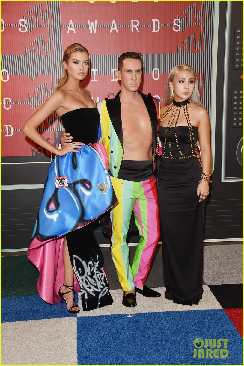 miley cyrus rumored girlfriend stella maxwell shows her support at mtv vmas 2015 01