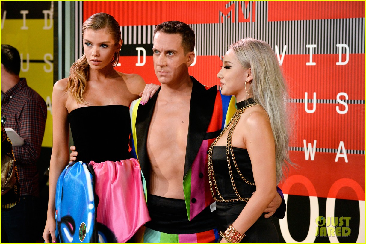 miley cyrus rumored girlfriend stella maxwell shows her support at mtv vmas 2015 15