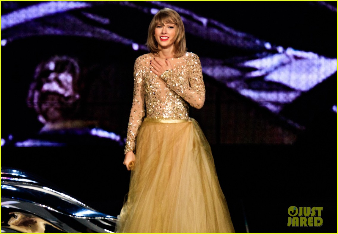 Taylor Swift Brings Out St Vincent John Legend During Her Show Videos Photo 856137 John Legend St Vincent Taylor Swift Video Pictures Just Jared Jr