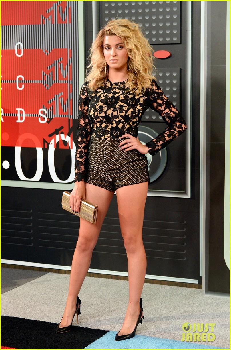 Tori Kelly Wears Short Shorts For MTV VMAs 2015: Photo