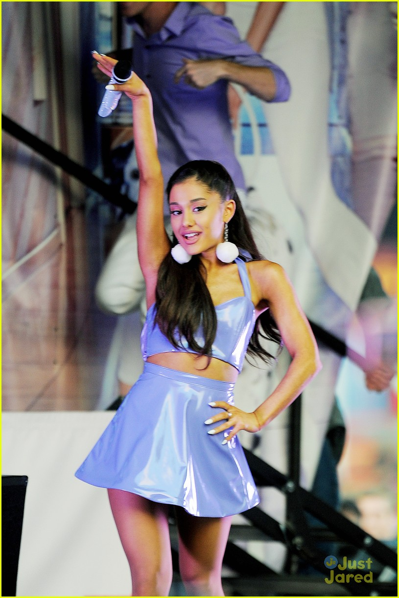 Ariana Grande Performs A Free Concert For Her Fans In Nyc Photo