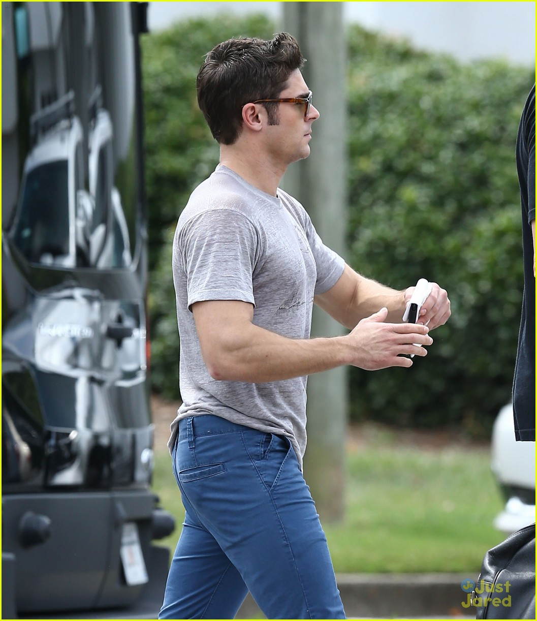 zac efron puts his frat shirt back on for neighbors 2 14