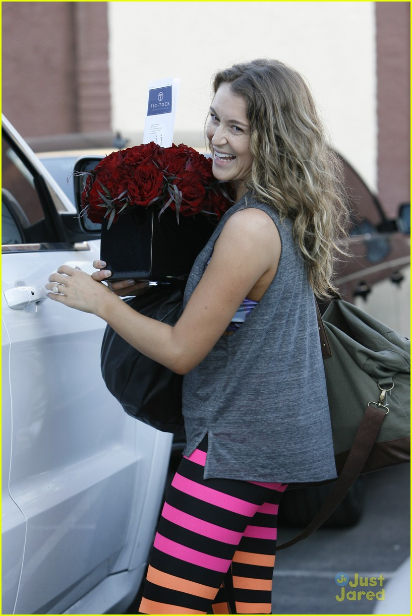 alexa penavega gets red roses after perfect score with derek hough