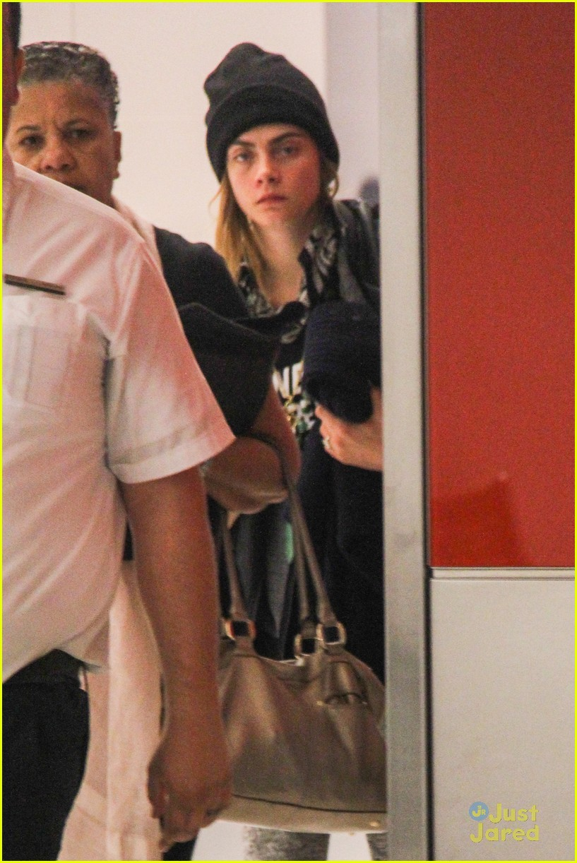 cara delevingne rihanna joins valerian airport arrival 02