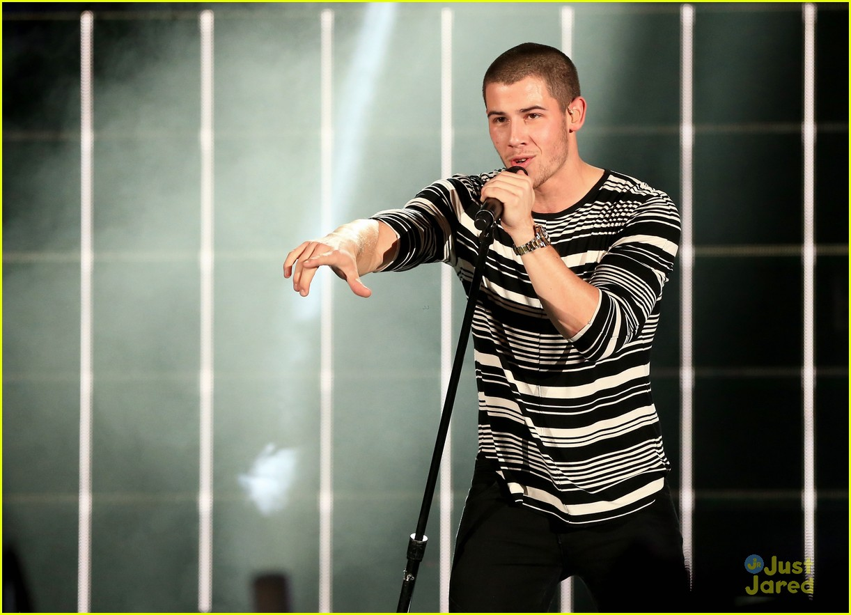 nick jonas hamburgler maxim party we can survive concert 01