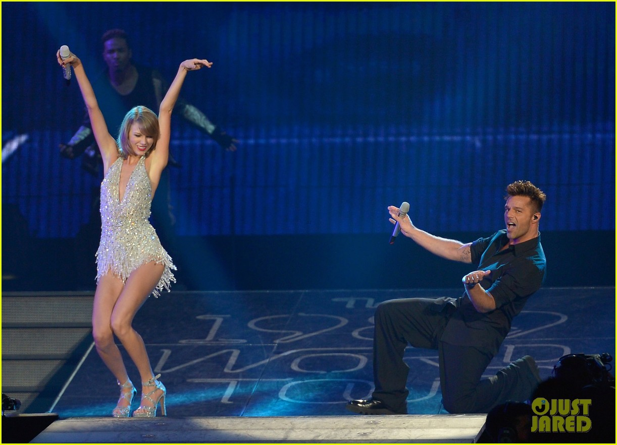 taylor swift welcomes ricky martin pitbull to the stage 03