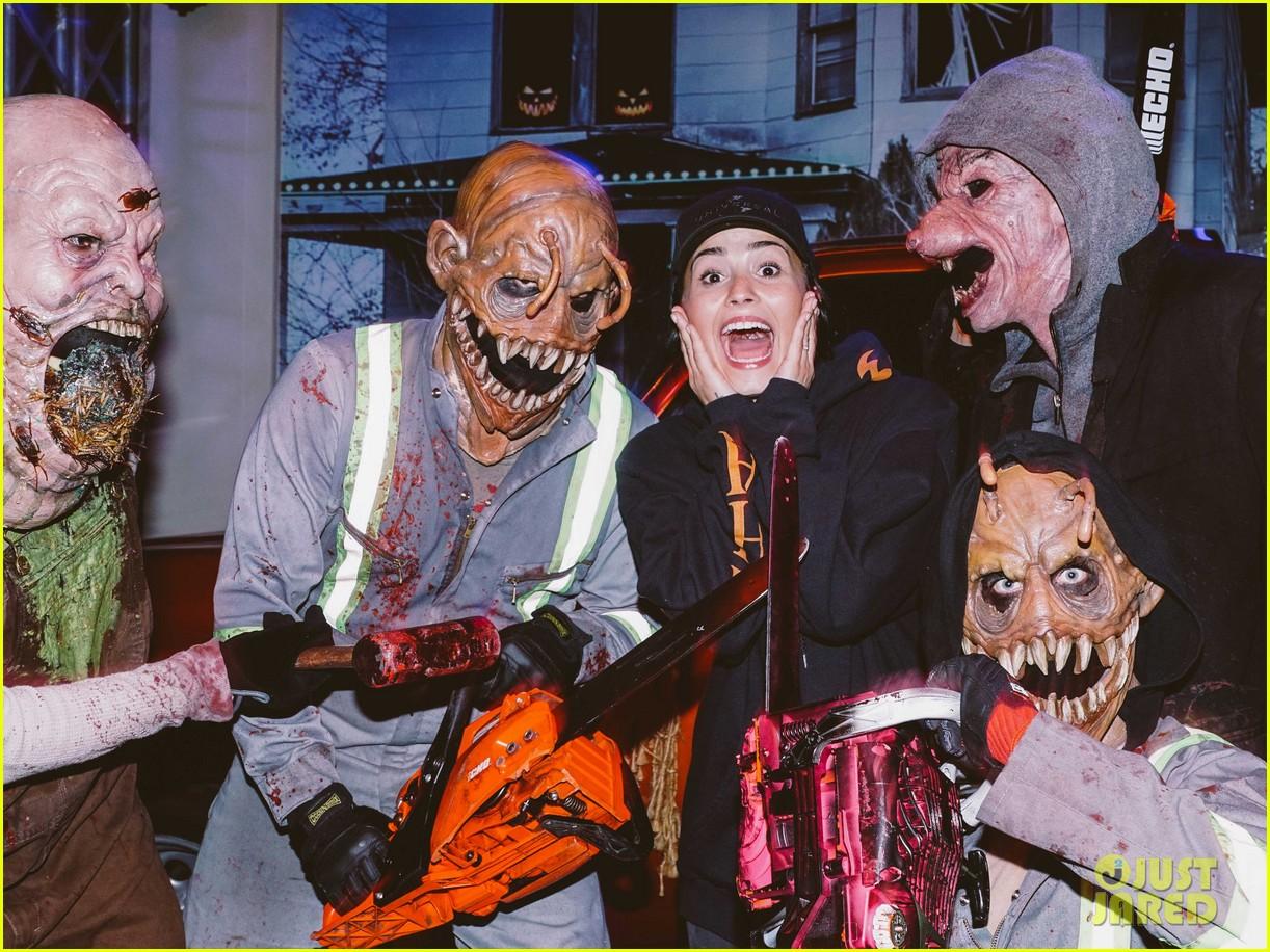 demi lovato & tori kelly look scared at halloween horror nights