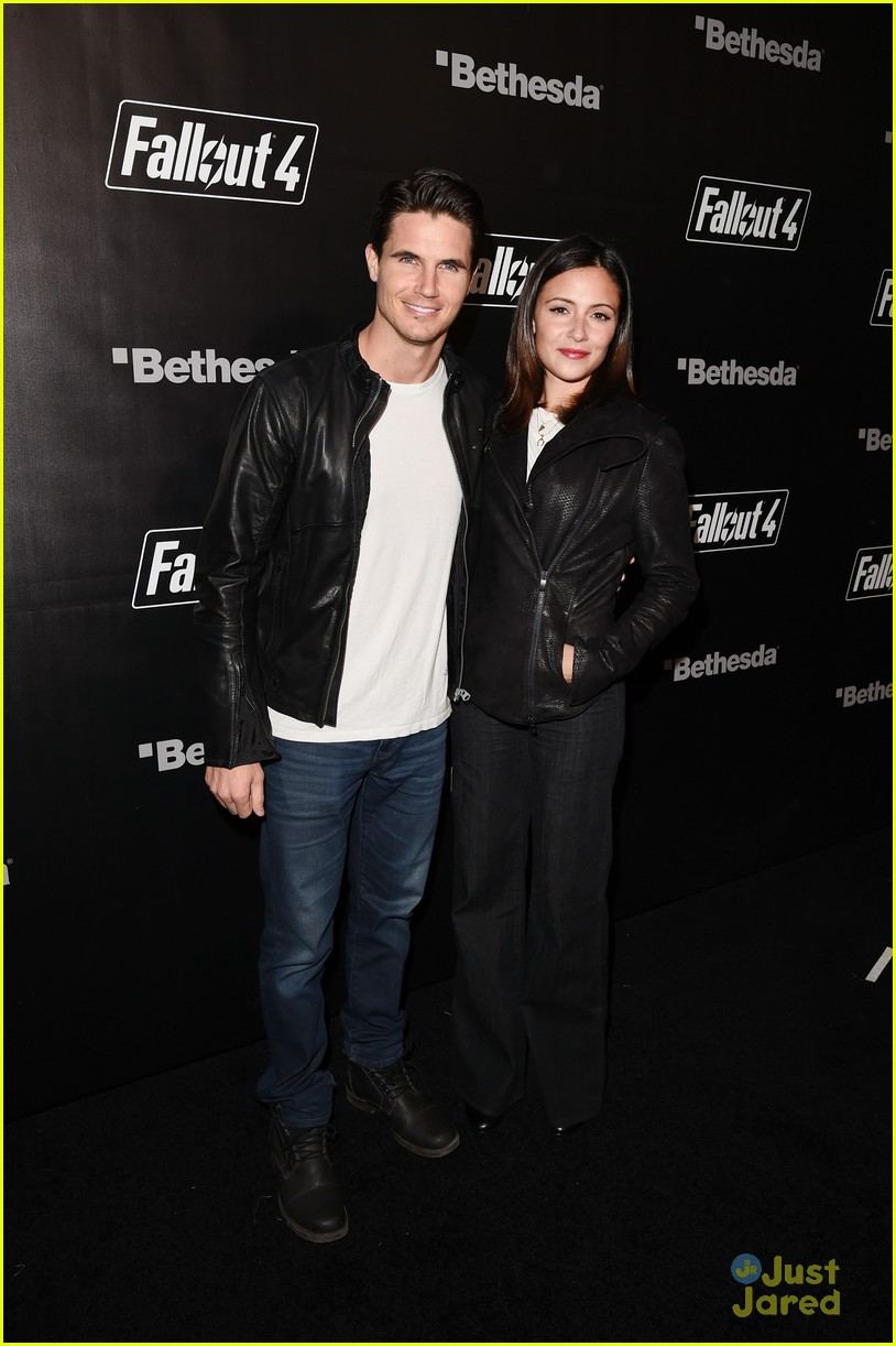robbie amell italia ricci couple up for video game launch 01