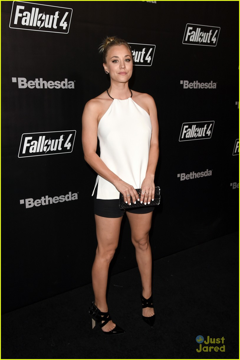 robbie amell italia ricci couple up for video game launch 05