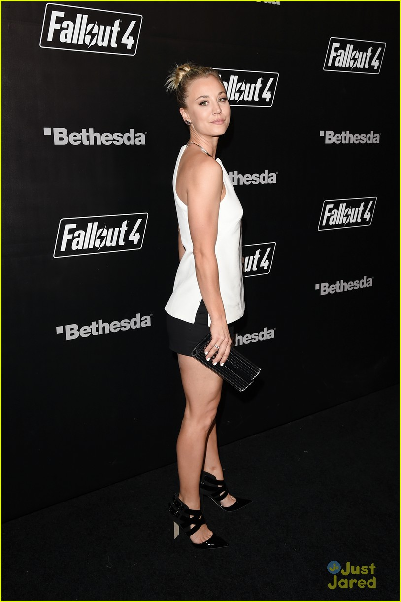 robbie amell italia ricci couple up for video game launch 17