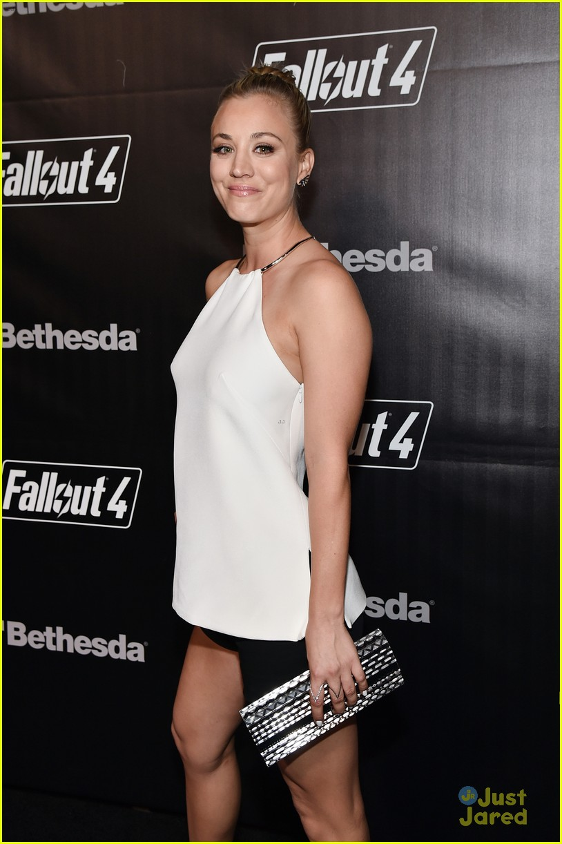 robbie amell italia ricci couple up for video game launch 24