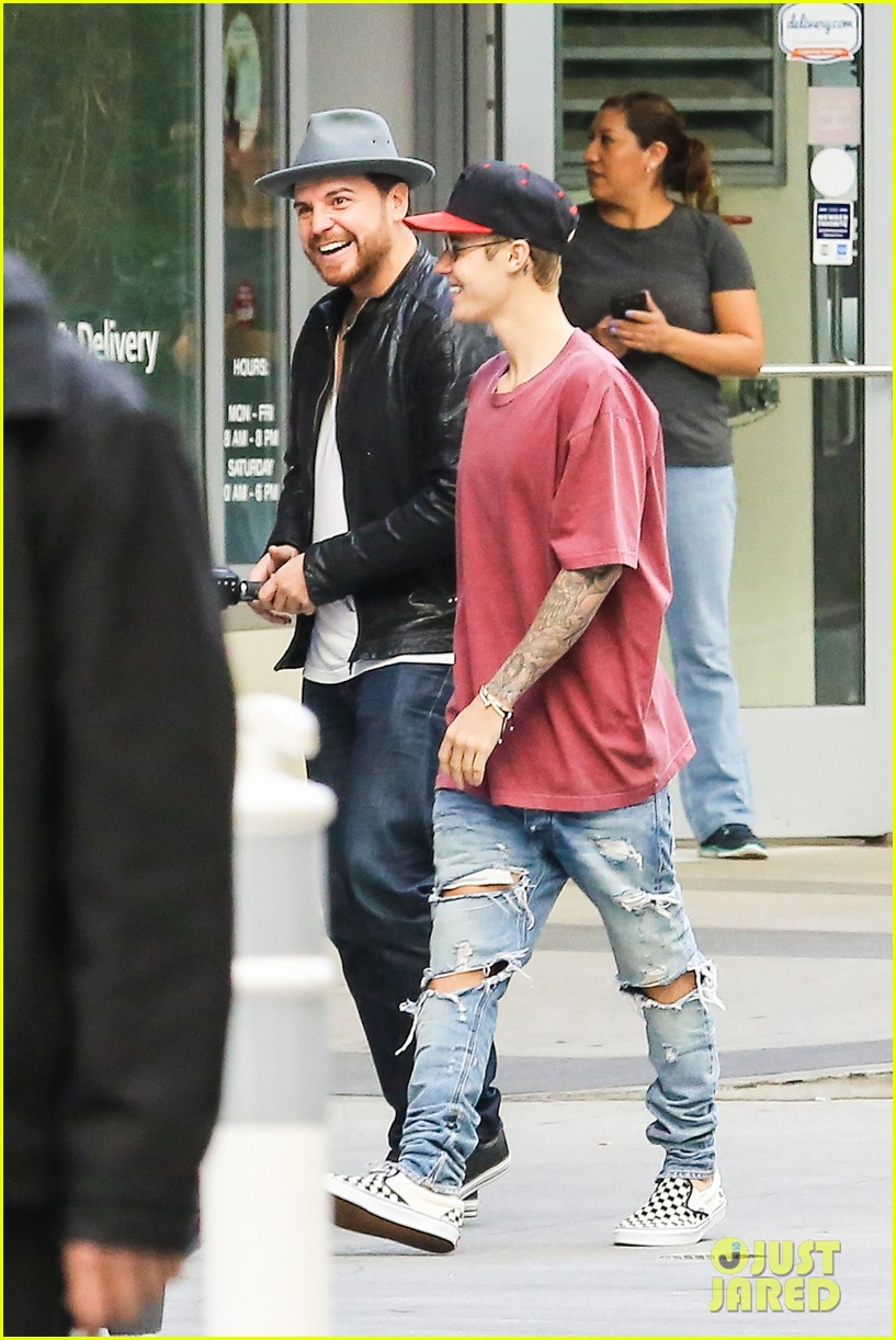 Justin Bieber Steps Out After Cancelling Thanksgiving Appearances