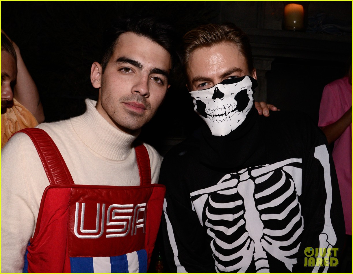 joe jonas wilmer valderrama just jared halloween party 23