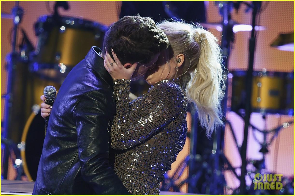 charlie puth on meghan trainor amas kiss 08
