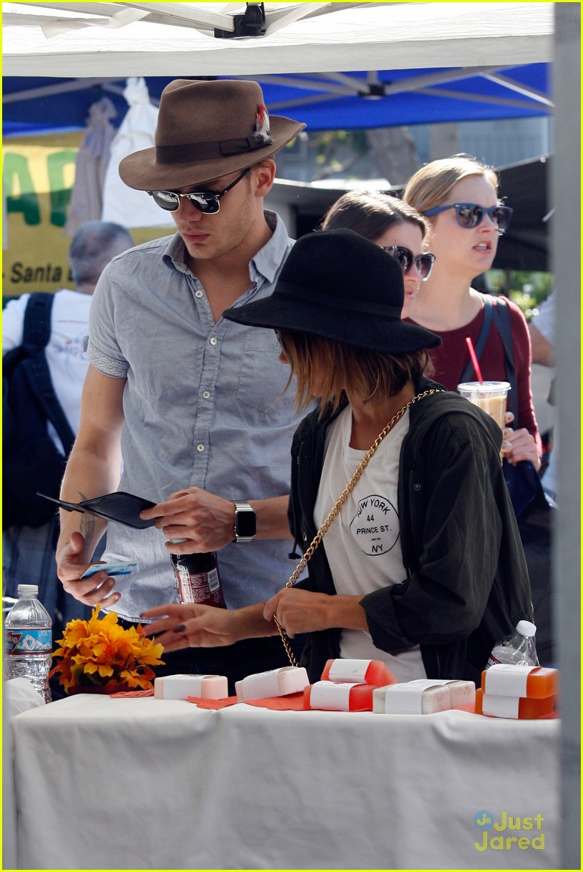 sarah hyland dominic sherwood farmers market shadow puppets 02