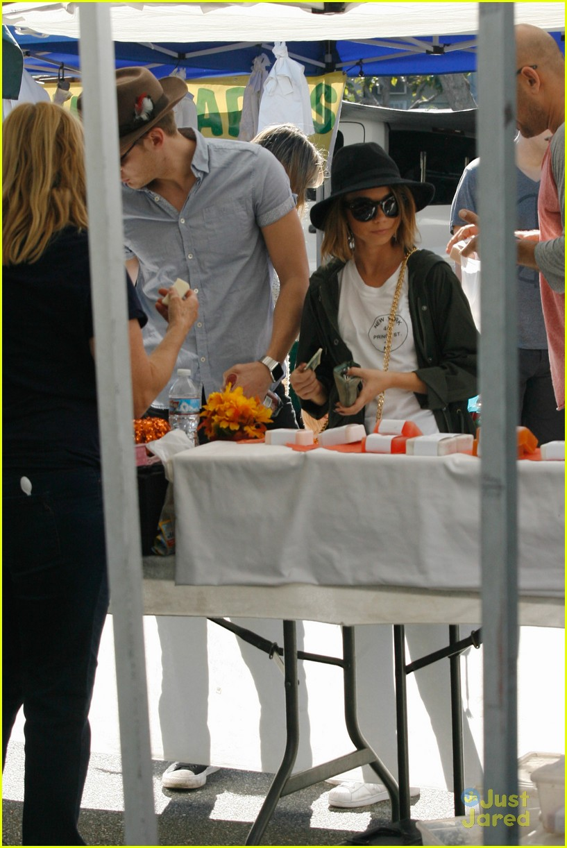sarah hyland dominic sherwood farmers market shadow puppets 05